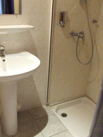 Royal Hotel : Washbasin and shower