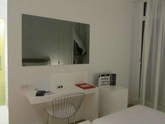 Hotel One Shot Prado 23: The big mirror is the TV....