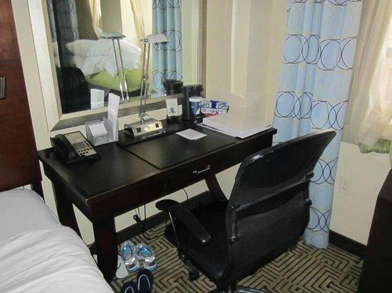 Hotel Mela : Escritorio muy práctico con silla ergonómica