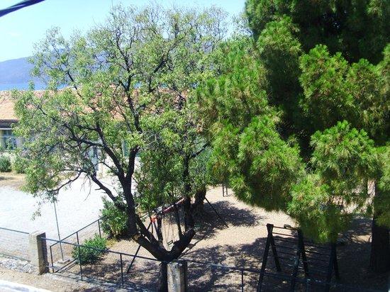 O Kipos tis Skardamoulas : playground opposite our studios
