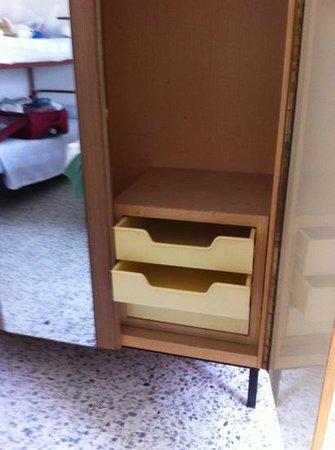 Hotel Souvenir : armadio cassetti