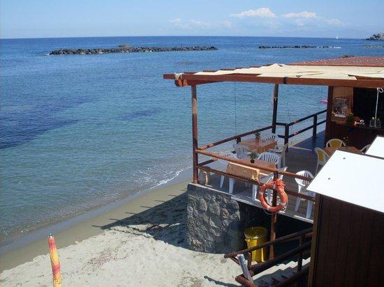 Residence Le Vigne : пляж и небольшой ресторанчик рядом