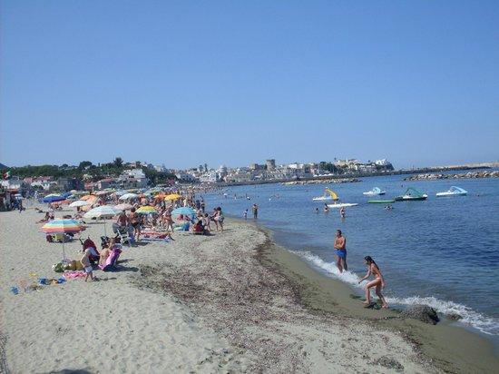 Residence Le Vigne: пляж рядом м отелем