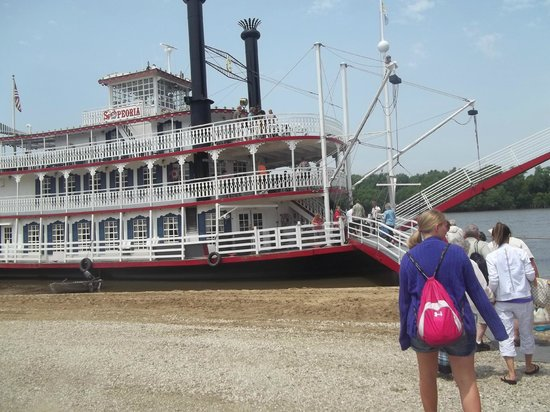Spirit of Peoria - Day Tours: Corbyn boarding