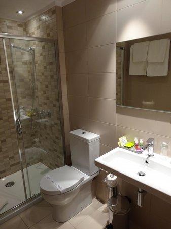 Hotel Aegli: Immaculate bathroom