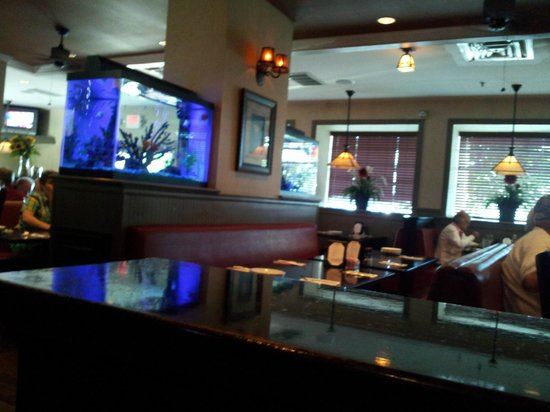Magnolias Seafood Bar & Grill: Downstairs dinning room with fish tank
