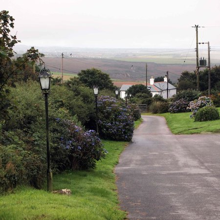Beacon Country House Hotel: Driveway to the hotel