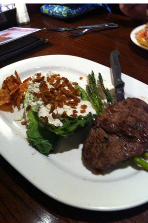 Sprecher's Restaurant & Pub: Steak and romaine salad, served on a plate!