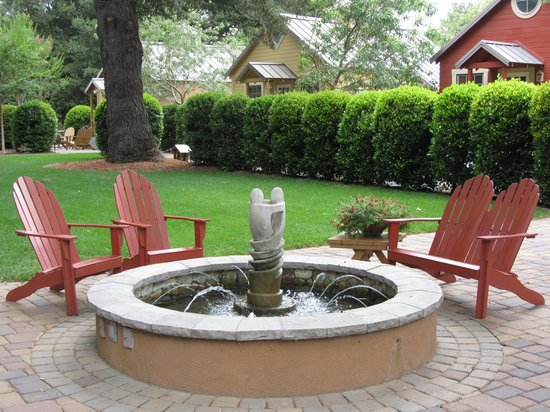 The Cottages of Napa Valley : Sculpure and fountain in cozy common courtyard.