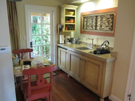 The Cottages of Napa Valley : Loved this kitchenette--it had everything I needed to have snacks and wine in the cottage!