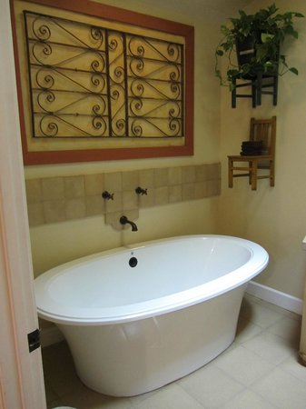 The Cottages of Napa Valley: Luzurious jacuzzi--great decor!