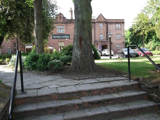 Premier Inn Liverpool (Roby) Hotel: pathway in front grounds