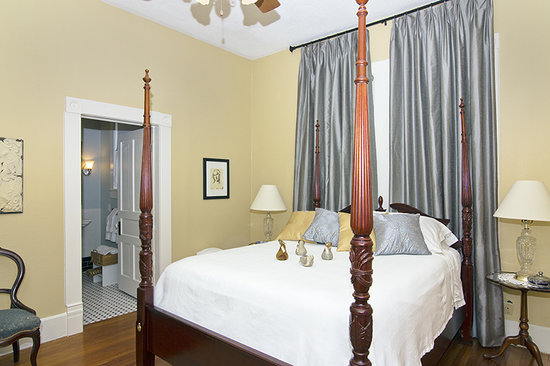 Pecan Manor B&B: Emma's Suite, elegant and restful