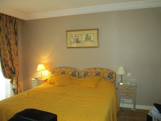 warm colors and inviting setting foto di h tel le littre. Black Bedroom Furniture Sets. Home Design Ideas