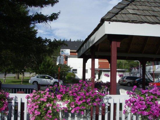 Mountain Springs Motel: grounds & gazebo