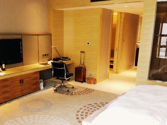 The Westin Fuzhou Minjiang: corner room living space