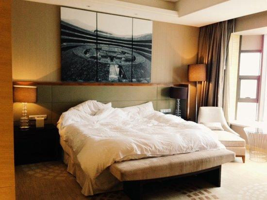 The Westin Fuzhou Minjiang: corner room bed space