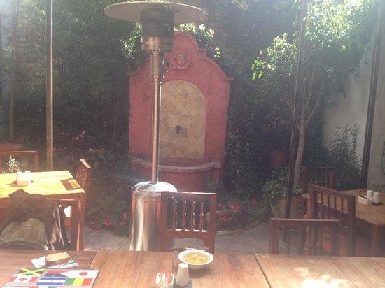 Hotel Casa del Aguila: Courtyard/breakfast area