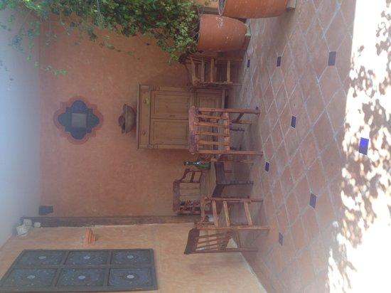 Hotel Casa del Aguila: Common area outside my room