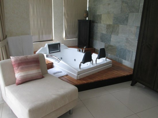 The Royal Corin Thermal Water Spa & Resort: Junior suite jacuzzi and sitting area