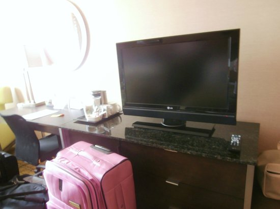 DoubleTree by Hilton Whittier Los Angeles : Nice long desk / dresser with electrical outlets built in.