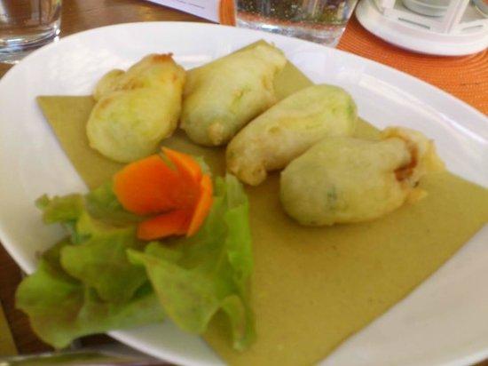 Osteria della Tagliatella ( Ex. Magna e Bevi): fiori di zucca fritti ripieni di acciuga e mozzarella