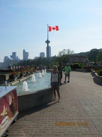 Travelodge Niagara Falls at the Falls: Parken langs floden og vandfallet