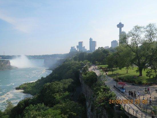 Travelodge Niagara Falls at the Falls : Parken ved floden og vandfallet