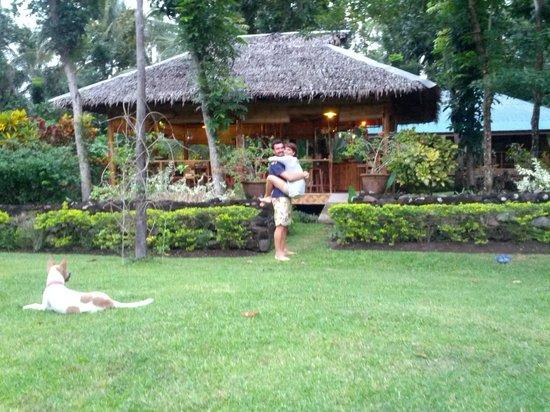 Nypa Style Resort Camiguin: Il giardino del Nypa e sullo sfondo il ristorante