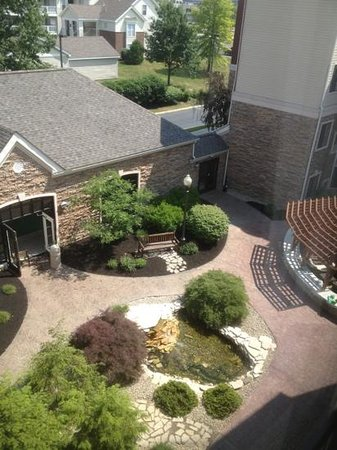 Staybridge Suites - Columbus / Dublin: Pool house and patio
