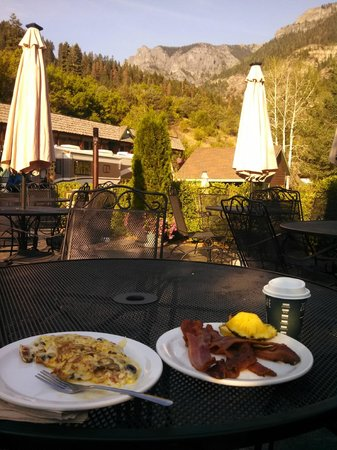 Twin Peaks Lodge & Hot Springs: A great view for breakfast!