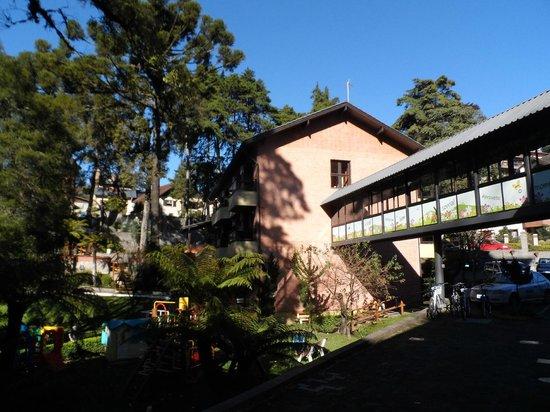 Hotel Recanto da Serra: Vista do bloco dos aptos. standart e da passarela