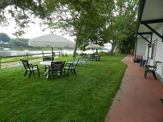 Green Harbor Waterfront Lodging: outdoor seating for studio rooms