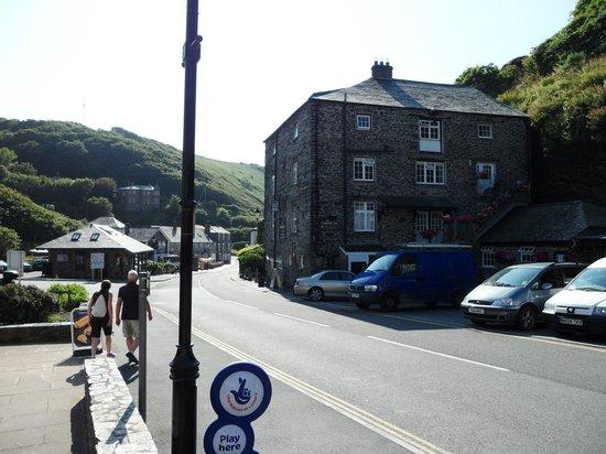 Lower Meadows House: The Cobwebb Inn (pub opposite)