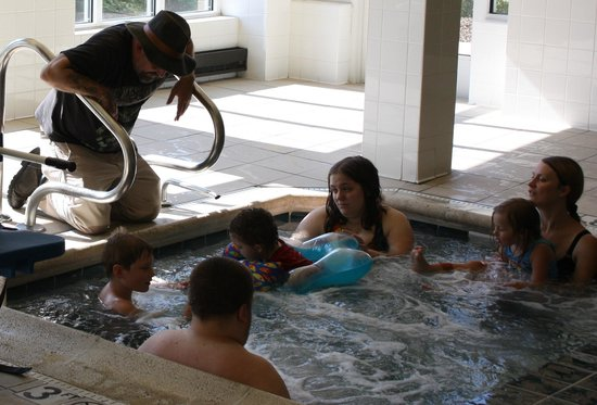 Hilton Garden Inn Addison: The family is enjoying the hot tub.