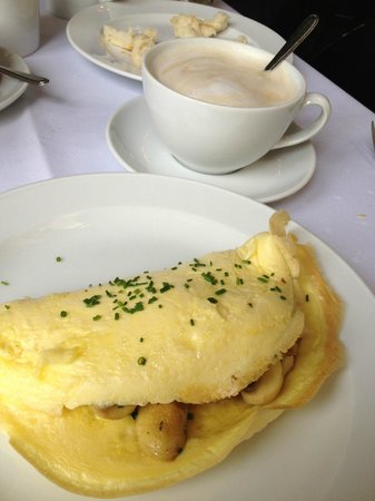 Café Wintergarten im Literaturhaus Berlin: Mushroom omelette & lactose free latte - perfect breakfast