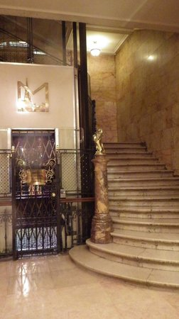 Hotel Metropole: Lift and stairs to rooms