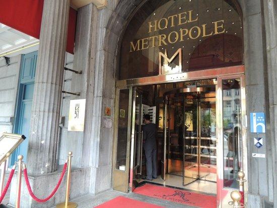 โรงแรมเมโทรโพล: Hotel entrance