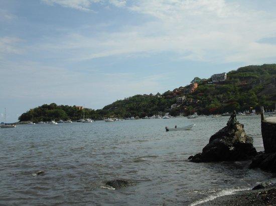 La Madera: Una toma de Playa Madera a la Bahía de Zihuatanejo...la foto favorece :(