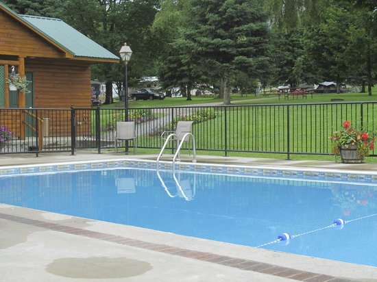 The Lantern Resort Motel and Campground: Ahhh . . . . calm, cool pool water and great views