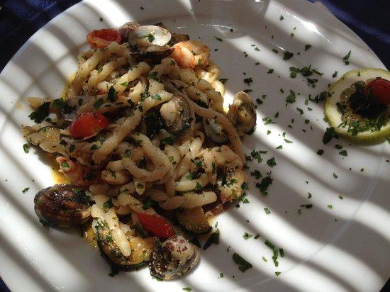 Ristorante Tiburon Beach: Busiate con uova di pesce San Pietro, gamberi, zucchine e vongole