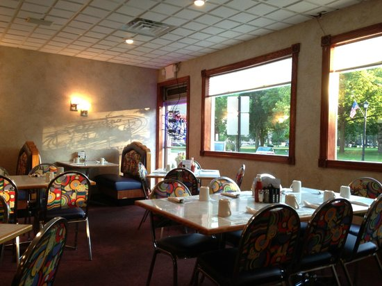 Family Kitchen Restaurant: Very cheerful view to town square area