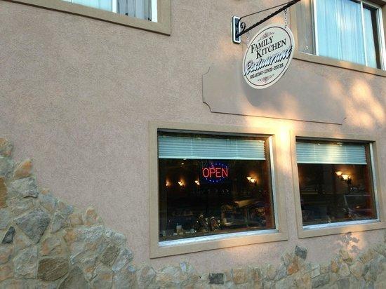 Family Kitchen Restaurant: Downtown Elkhorn across from Veteran's Park