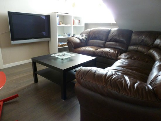 Mosi Guesthouse: TV area / Sofa