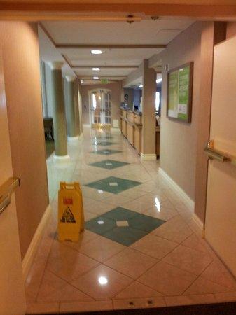 La Quinta Inn & Suites Orlando Convention Center: Corridoio della Reception (sulla destra)