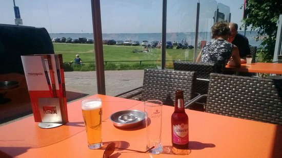 Hotel Cafe Restaurant Monopole: Heerlijk op het terras aan de zijkant van het hotel