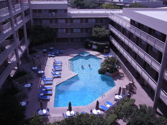 DoubleTree Suites by Hilton Hotel Phoenix: the pool area was nice