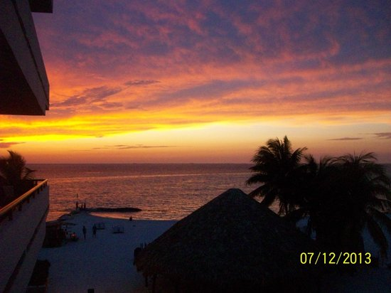 Ixchel Beach Hotel: Sunset from our balcony