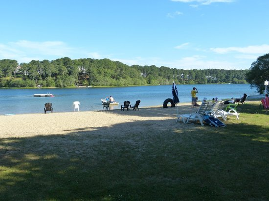 Pilgrim Village Cottages: The sand beach on White Pond