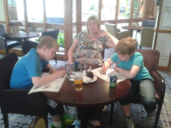 Macdonald Spey Valley Golf & Country Club: Mum and boys doing puzzles